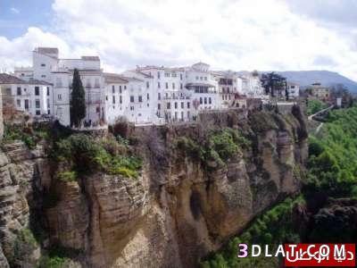 منازل فوق الصخور