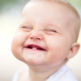 لماذا يبتسم الطفل انواع الابتسامه