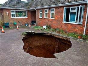 انشقت الأرض فابتلعت سيارة بريطانيا