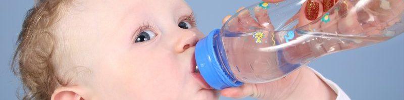 حديثي الولاده وشرب الماء متي يشرب الطفل الماء الكميات المسموح